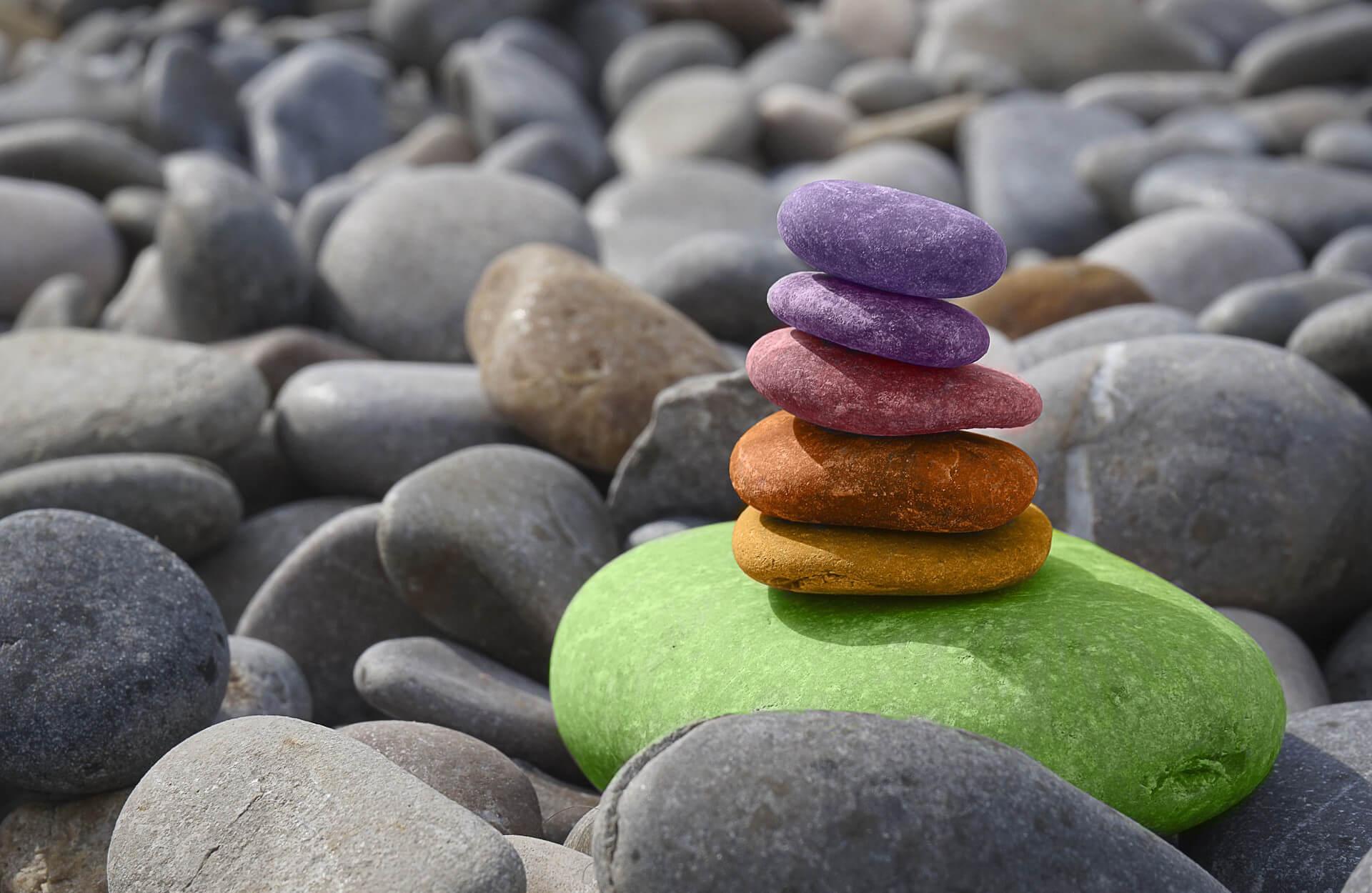 Heutzutage wird es immer wichtiger, Achtsamkeit zu praktizieren. Welche Vorteile das hat und wie ihr Achtsamkeit in euren Alltag integrieren könnt, erfahrt ihr in diesem Artikel.