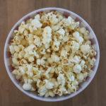Gesundes Popcorn für den Kinoabend machen. Das Rezept dazu findest du auf unserem Blog.