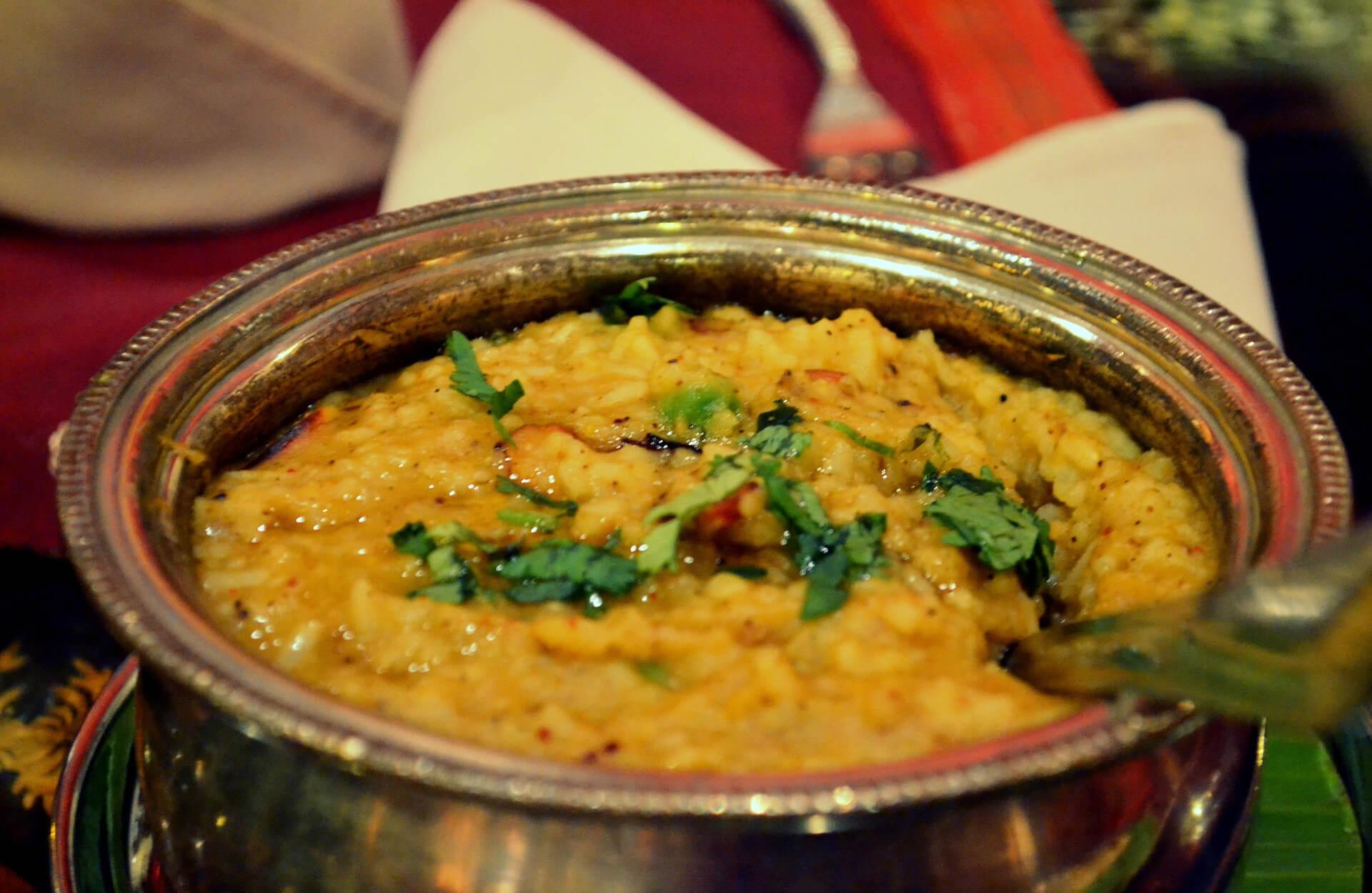 Unser Kitchari Rezept ist alltagstauglich und gut bekömmlich - eine klassisch ayurvedische Speise.