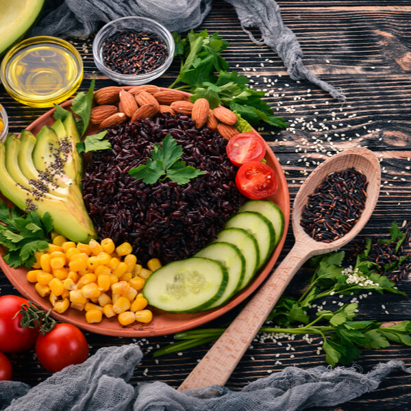 Die ganzheitliche Gesundheit wird von der Ernährung stark beeinflusst. Wir zeigen, welche Ernährungsweisen von Vorteil sind und worauf ihr lieber verzichten solltet.